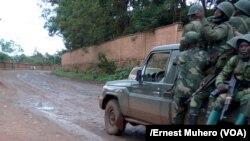 Renfort des Fardc face à la résistance des éléments de Abbas kayonga, à Bukavu, RDC, le 5 novembre 2017. (VOA/Ernest Muhero)