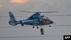 Một máy bay trực thăng đưa người sơ tán khỏi nước lũ ở thành phố Joso, tỉnh Ibaraki, phía bắc Tokyo, ngày 10/9/2015.