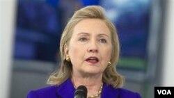 Menlu AS Hillary Clinton: Rusia harus 'benar-benar transparan' mengenai pegelaran pasukan militernya.
