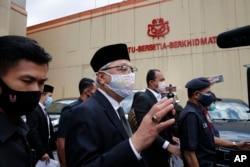 Mantan Wakil Perdana Menteri Ismail Sabri Yaakob (tengah), berangkat ke istana nasional dari Markas Besar UMNO di Kuala Lumpur, Malaysia, Kamis, 19 Agustus 2021.