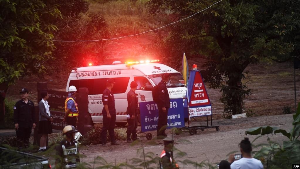 Một chiếc xe cứu thương rời hang Tham Luang sau khi các thợ lặn cứu các cầu thủ bóng đá nhí hôm 8/7.