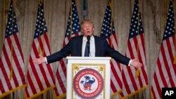 Donald Trump habló en una cena en el Club Mar-A-Lago, en Palm Beach, Florida, el domingo, 20 de marzo de 2016.