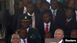 Rais wa Kenya, Uhuru Kenyatta akionyesha hati ya kiapo baada ya sherehe za kumuapisha zilizofanyika kwenye Uwanja wa Kasarani mjini Nairobi, April 9, 2013.