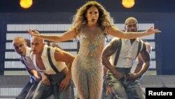 La película también muestra los proyectos en el cine, la moda y la belleza, que tiene Jennifer López.