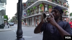 Musisi jalanan bermain di kawasan French Quarter, New Orleans sebelum pandemi corona (foto: dok).