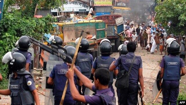Islamist protestors throw bricks and stones towards Bangladeshi police during clashes in Narayanganj, some 20 kms from Dhaka, May 6, 2013.