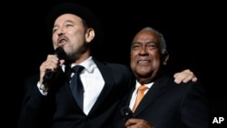 "FILE - Guest singer Cheo Feliciano, right, becomes emotional while listening to salsa music star Ruben Blades after signing together in the kick off of Blades' tour ""Todos Vuelven""."