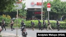 Tim Densus 88 Anti Teror Mabes Polri melakukan penyisiran dan pengamanan kawasan perempatan Jalan Thamrin beberapa menit setelah aksi serangan teror, Kamis, 14 Januari 2016. (VOA/Andylala)