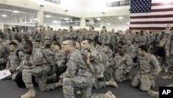 在伊拉克驻扎一年之久的美军官兵返美后在听取简报(资料照片)