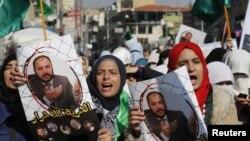 Demonstran dari Front Aksi Islam, membawa foot wail pemimpin Ikhwanul Muslimin Yordania Zaki Bani Rsheid dalam sebuah demonstrasi untuk menunjukkan dukungan mereka bagi Palestina, di Amman, 28 November 2014.
