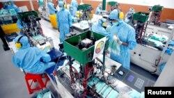 Para karyawan membuat masker pelindung wajah di sebuah pabrik di tengah wabah virus corona, di Gunung Putri, Bogor, 15 April 2020. (Foto: Antara via Reuters)