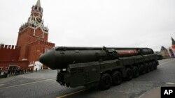 2017年5月9日,俄罗斯在红场展示的洲际弹道导弹发射装置(美联社)