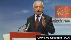 Le président turc de l'opposition républicaine Kemal Kilicdaroglu évoquant les faibles résultats du parti, le 2 novembre 2015.