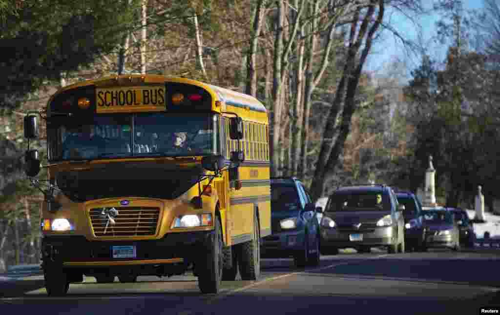 3일 샌디훅 초등학교 학생들을 싣고 새 교사로 이동 중인 버스.