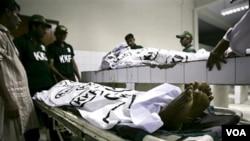 Jenazah-jenazah korban yang tewas di Karachi akibat penembakan oleh sekelompok pria bersenjata.
