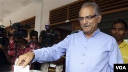 Presiden Jose Ramos-Horta memasukkan kartu suara di ibukota Dili, Sabtu (17/3). Horta gagal mempertahankan jabatannya setelah hanya berada di urutan ketiga pilpres babak pertama.