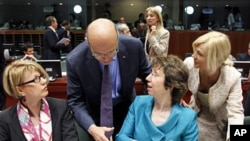 France's FM Alain Juppe (2nd L) greets European Union High Representative for Foreign Affairs and Security Policy Catherine Ashton (2nd R) during an EU foreign ministers meeting at the EU Council in Brussels, May 23, 2011