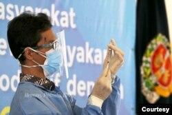 Seorang petugas kesehatan menyiapkan vaksin dalam program vaksinasi pertama di Yogyakarta. (Foto: Humas Pemda DIY)