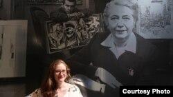 Ребекка Шайкин на фоне фотографии Эдит Халперт