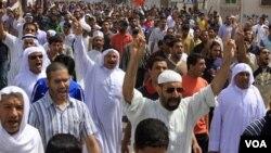Para demonstran di Bahrain, yang umumnya warga Shiah, melakukan unjuk rasa anti-pemerintah usai shalat Jumat (25/3).