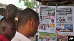 Lecture de la presse dans les rues de Monrovia au Liberia, le 17 septembre 2014. (AP Photo/Abbas Dulleh)