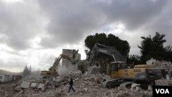 Buldozer-buldozer Israel menghancurkan Hotel Shepherd di kawasan Sheikh Jarrah, Yerusalem Timur, Minggu 9 Januari 2011.