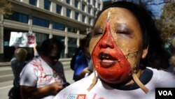 扮僵尸抗议的学生 (美国之音国符拍摄)