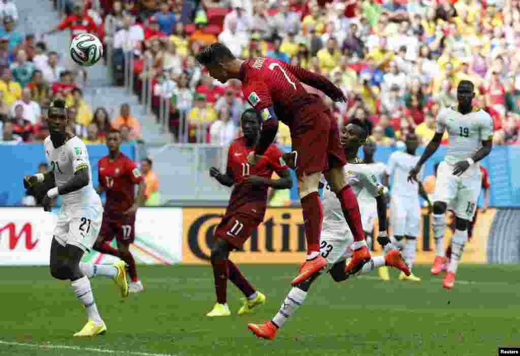 پرتگال کے رونالڈو گھانا کے خلاف ہیڈر لگاتے ہوئے