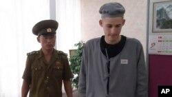 북한에 억류돼 6년 노동교화형을 선고받은 미국인 매튜 토트 밀러 씨(오른쪽)가 24일 가족과의 전화 통화를 위해 북환 교도관과 함께 평양의 한 호텔을 방문했다.