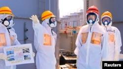身穿保護衣的工作人員在日本福島核電站進行清理工作(資料圖片)