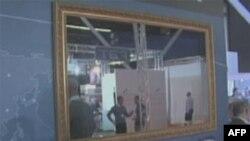 Kada nije uključen ovaj televizor služi kao obično ogledalo okačeno o zid