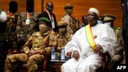 ប្រធានាធិបតីអន្តរកាលនៃប្រទេសម៉ាលីលោក Bah N'Daw ជាមួយអនុប្រធានាធិបតីអន្តរកាលរបស់លោក គឺលោកវរសេនីយ៍ឯក Assimi Goita ក្នុងពិធីស្បថចូលកាន់តំណែងនៅមជ្ឈមណ្ឌល CICB (Center International conferences de Bamako) នៅក្នុងទីក្រុង Bamako កាលពីថ្ងៃទី២៥ ខែកញ្ញា ឆ្នាំ២០២០។