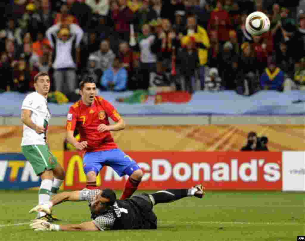 Давид Вилья (Испания), в центре, забивает гол поверх вратаря Португалии Эдуарду во время матча между Испанией и Португалией на стадионе «Грин Пойнт» в Кейптауне, Южная Африка. Вторник, 29 июня 2010 . (AP Photo / Daniel Ochoa de Olza)