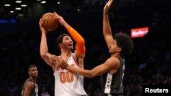 New York Knicks center Enes Kanter (00) controls the ball against Brooklyn Nets center Jarrett Allen (31). (Brad Penner-USA TODAY Sports)