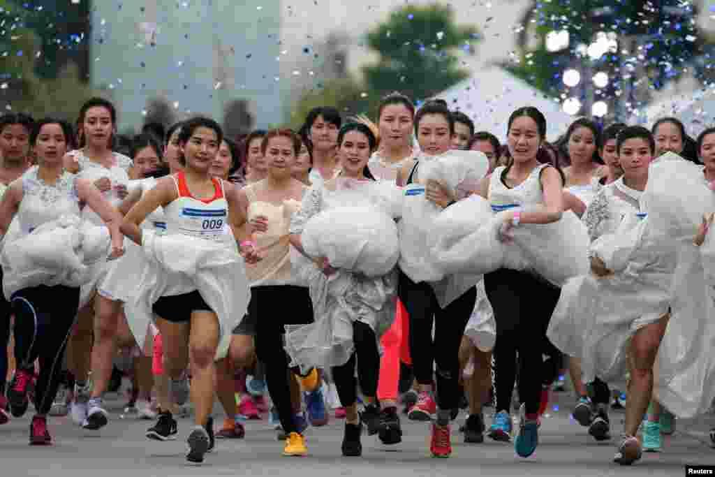 ស្ត្រីៗដែលនឹងក្លាយជាកូនក្រមុំចូលរួមក្នុងការប្រកួត Running of the Brides នៅក្នុងក្រុងបាងកក ប្រទេសថៃ កាលពីថ្ងៃទី២ ខែធ្នូ ឆ្នាំ២០១៧។