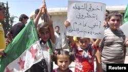 Đoàn biểu tình nhỏ tuổi xuống đường chống Tổng thống Syria al-Assad ở Al Kasten, gần Idlib