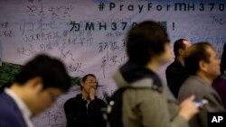 Thân nhân mệt mỏi chờ tin tức về người thân tại một khách sạn ở Bắc Kinh, ngày 11/4/2014.