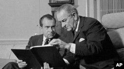 1968年,约翰逊总统(右)和候任总统尼克松在白宫磋商问题