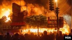 Протестувальники поблизу палаючого магазину та відділку поліції, 28 травня, Міннеаполіс