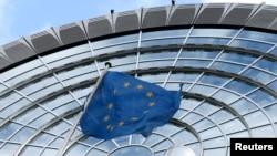 پرچم اتحادیه اروپا در مقابل ساختمان پارلمان این اتحادیه در بروکسل، پایتخت بلژیک، که روز سه شبنه شاهد حملات مرگبار تروریستی بود