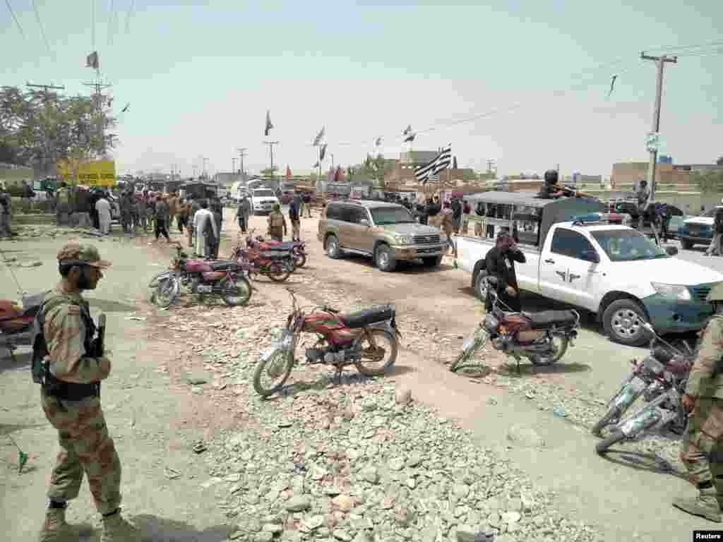 سیکورٹی فورسز کے اہلکار کوئٹہ کے پولنگ اسٹیشن کے باہر دھماکے کی جگہ پر موجود ہیں۔