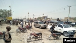 Les forces de sécurité sur le site d'une explosion à l'extérieur d'un bureau de vote à Quetta, au Pakistan, le 25 juillet 2018. REUTERS / Naseer Ahmed
