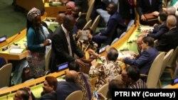 Beberapa perwakilan negara-negara lain di PBB memberi selamat setelah hasil pemungutan suara untuk menjadi anggota Dewan HAM PBB diumumkan, di New York,Kamis, 17 Oktober 2019. Indonesia meraih suara terbanyak, yaitu 174 suara. (Foto: PTRI NY)