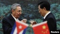 Los mandatarios de Cuba, Raúl Castro, y de China, Hu Jintao, brindan durante la cermonia de bienvenida en el Gran Palacio del Pueblo, en Beijing.