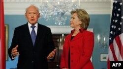 Ngoại trưởng Hoa Kỳ Hillary Clinton và ông Lý Quang Diệu (hình chụp ngày 26/10/2009)