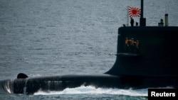 Thủy thủ đứng trên tàu ngầm Kokuryu của Lực lượng Tự vệ Nhật Bản tại Vịnh Sagami, ngoài khơi Yokosuka, phía nam Tokyo, ngày 15 tháng 10, 2015.