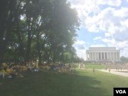 法轮功学员游行到达林肯纪念堂,等待晚上的烛光守夜活动