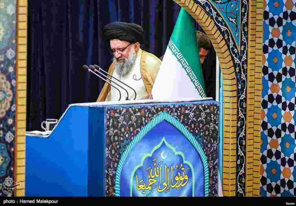 احمد خاتمی و برخی دیگر از ائمه جمعه در تریبون نماز سلامت انتخابات اخیر را زیر سوال بردند و دولت روحانی را تخلف متهم کردند. عکس: حامد ملکپور