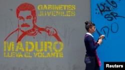 Un mural describe la posición electoral del presidente encargado, Nicolás Maduro.