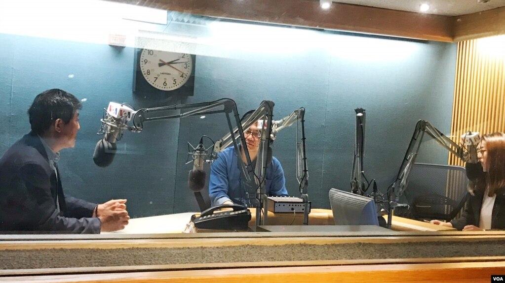 탈북 작가 지현아 씨(오른쪽)와 '북한의 대량 학살을 멈추기 위한 세계연대'의 주경배 대표(왼쪽)가 31일 VOA를 방문했다.